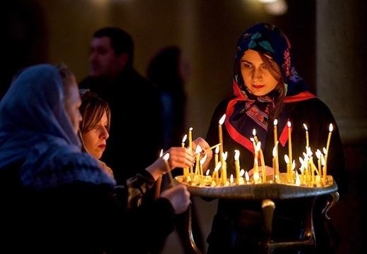 женщины ставят свечи