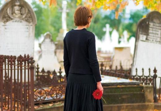 девушка на кладбище спиной