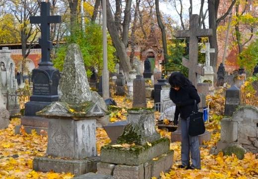 женщина на старом кладбище