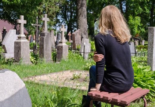 девушка сидит на кладбище