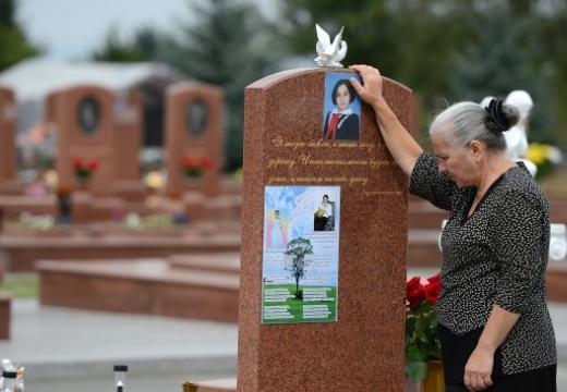 бабушка у могилы внучки