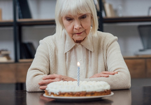 грустная бабушка и торт