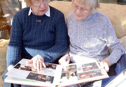 женщины смотрят фотоальбом