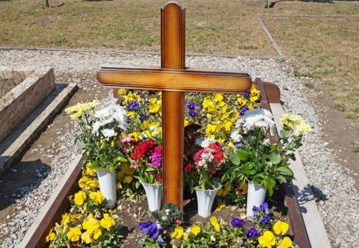 крест на свежей могиле