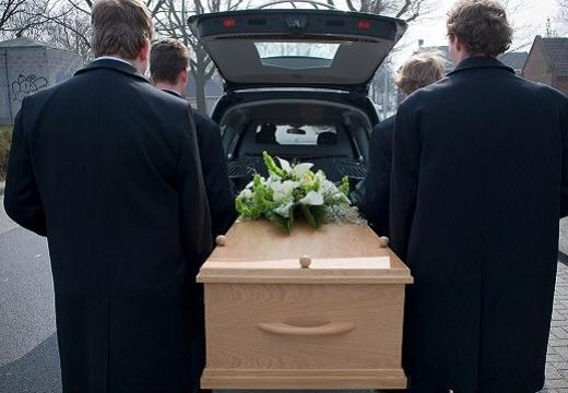 гроб ставят в машину