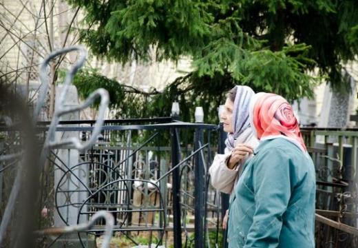 женщины идут по кладбищу