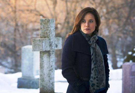 девушка зимой на кладбище