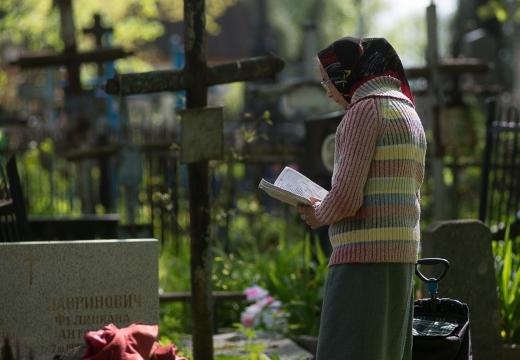 бабушка читает на кладбище