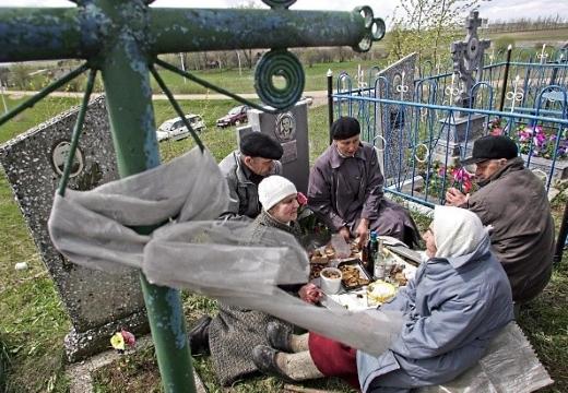люди едят на кладбище