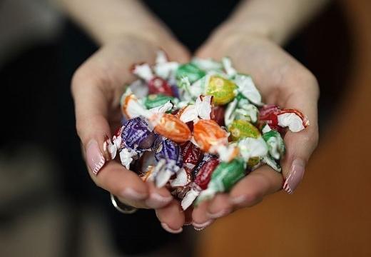конфеты в руках