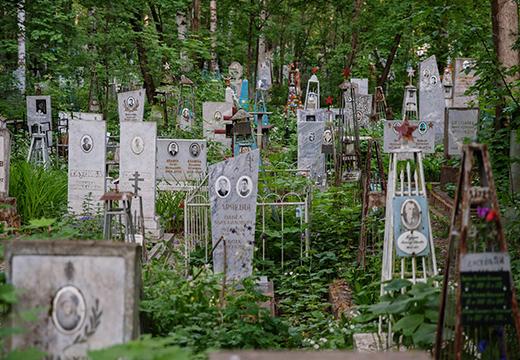 Кладбище с могилами