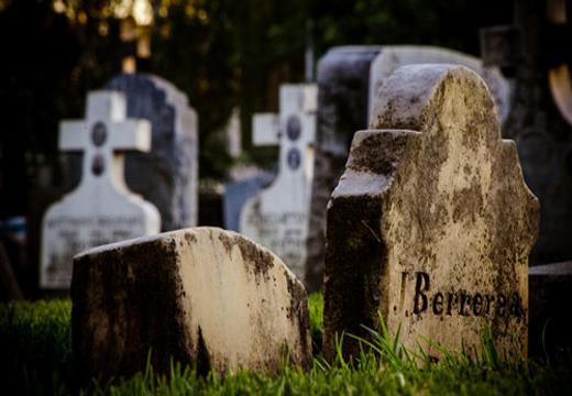 Когда человеку снится, что он убирает мусор и приводит в порядок могилу, то в реальной жизни он может стать причиной ссоры близких людей.