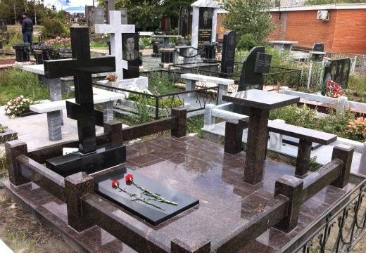 мемориал с крестом