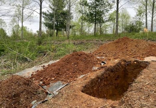 свежевырытая могила