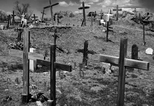 старые кресты на могилах