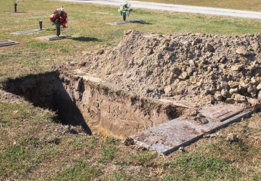 свежая могила на кладбище