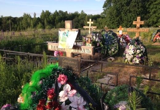 кресты на свежих могилах