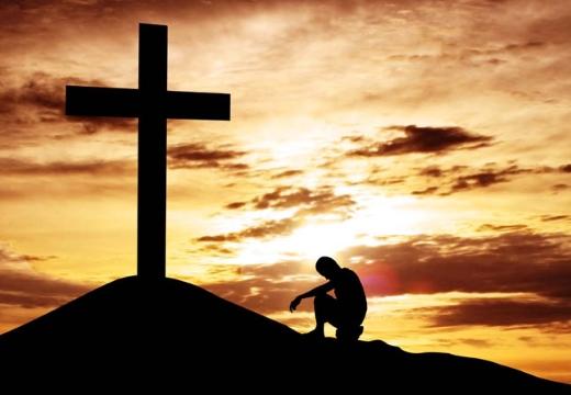 человек у подножья креста
