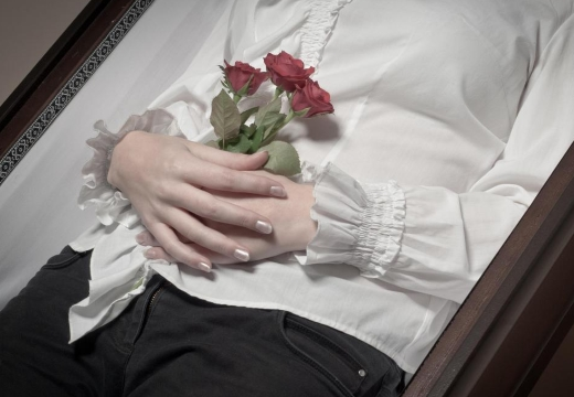 руки покойницы с цветами