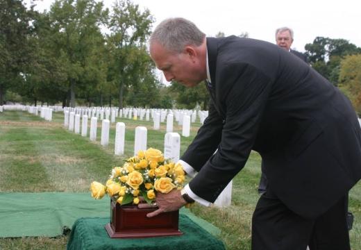 ставить цветы на кладбище