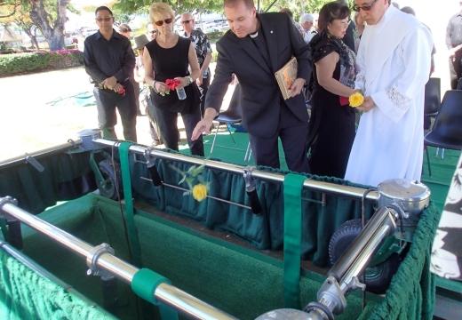 бросать цветы в могилу