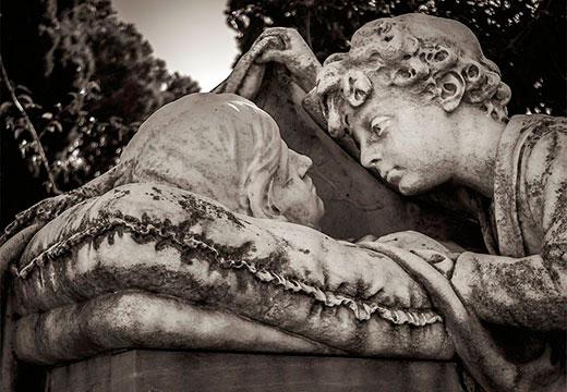 скульптура мальчика и женщины