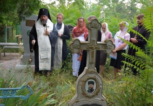 священник люди у могилы