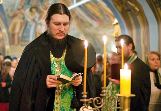 священник читает