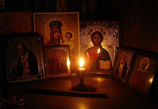 свечка перед иконами