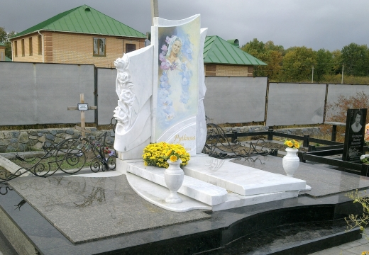 надгробие из белого мрамора