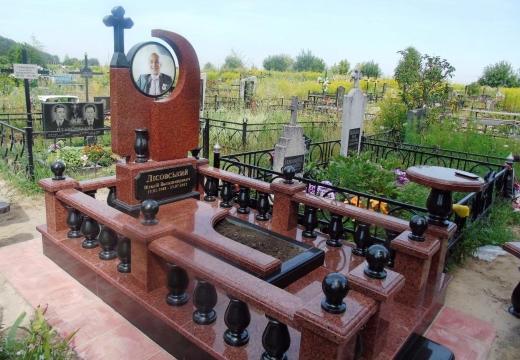 мемориал из красного гранита