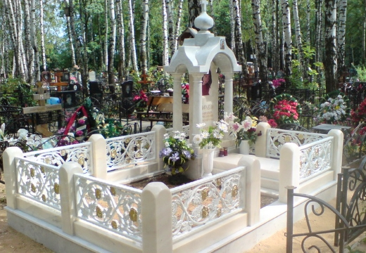 белый мемориал на могилу