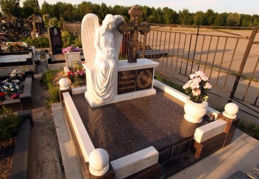мемориальный комплекс с ангелом