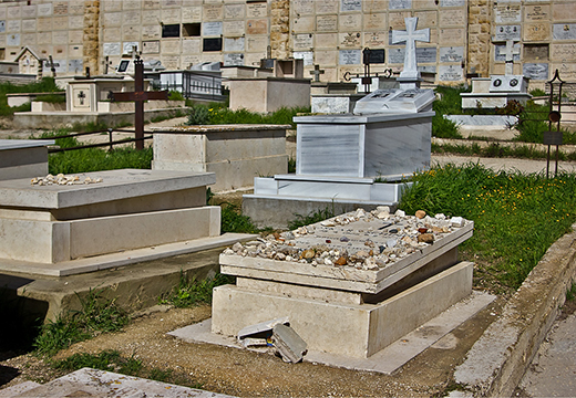 камни на могиле
