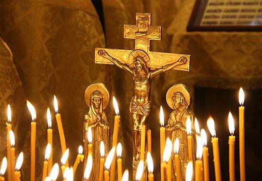 Свечки перед распятием