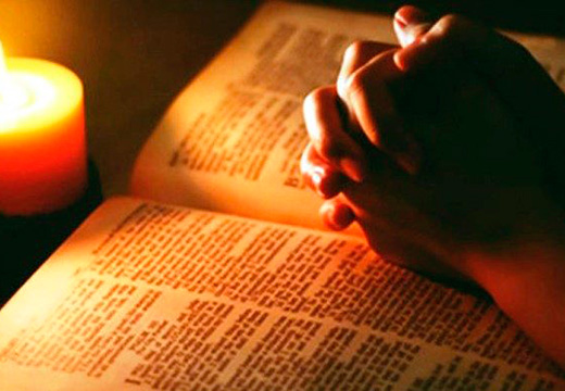 руки сложенные на молитвослове