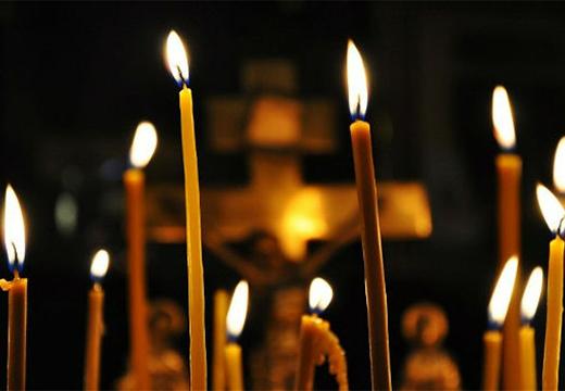 свечи на фоне креста