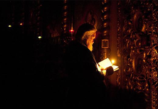 священник молится