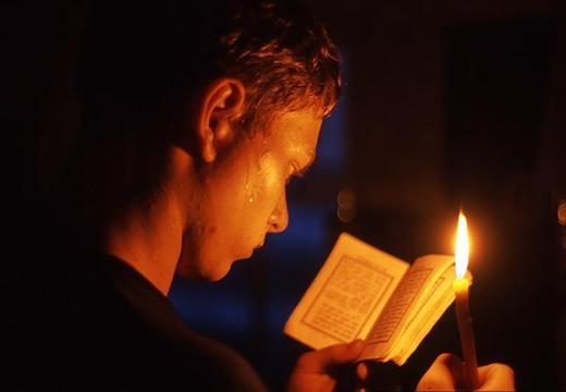 чтение молитвенника в храме
