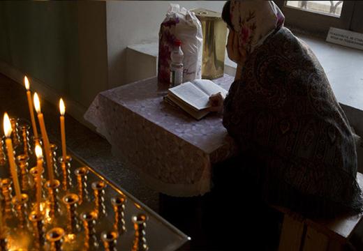 Женщина читает молитвы