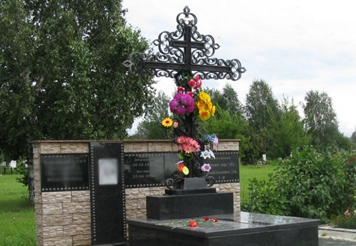 кованный крест на могиле