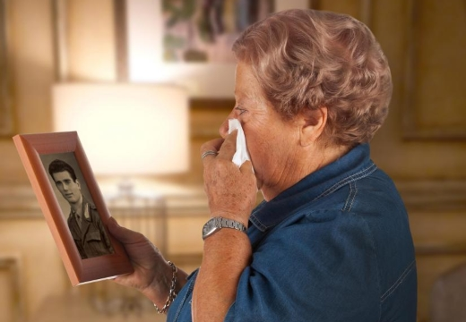 старая женщина скорбит