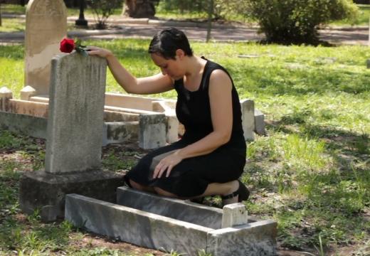 женщина на могиле