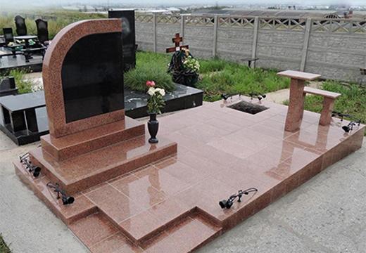 мемориал из розового камня