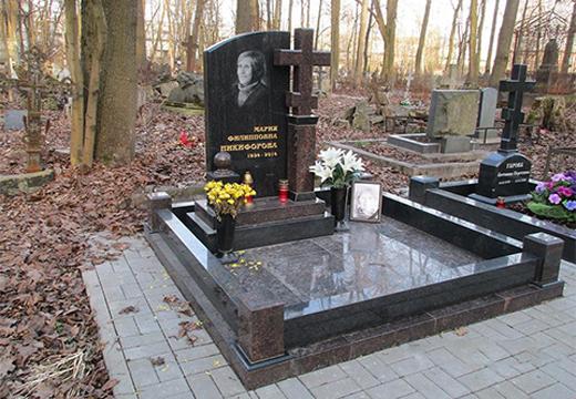 могильный памятник с крестом