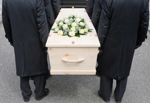 мужчины с гробом