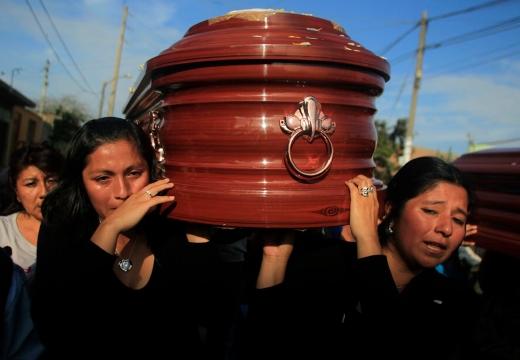 женщины несут гроб