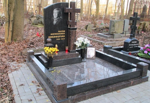 памятник на могиле женщины