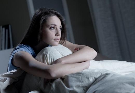 девушка грустит в кровати