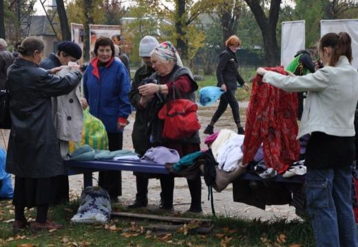 раздавать одежду на улице